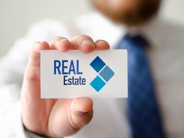 Мужчина держит визитную карточку Бесплатные Psd