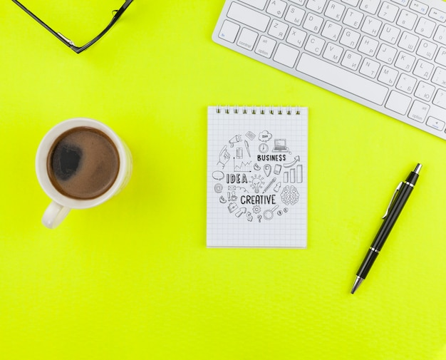机の上のノートブックとコーヒーカップ 無料 Psd