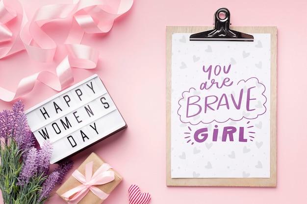 Буфер обмена рядом с лайтбоксом с сообщением счастливого женского дня Бесплатные Psd