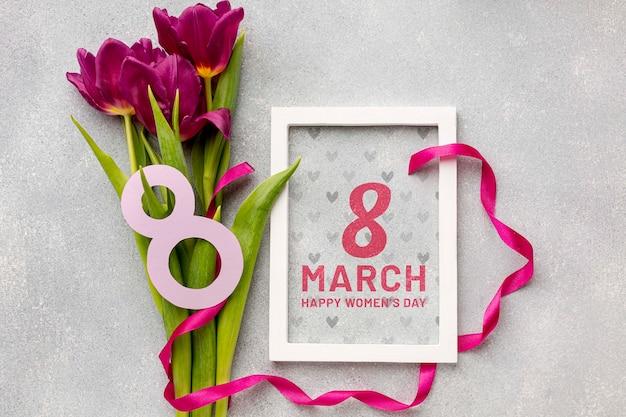 Тюльпаны возле женского дня на столе Бесплатные Psd