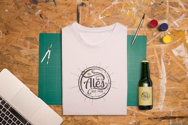 Вид сверху белая сложенная футболка и пиво Бесплатные Psd