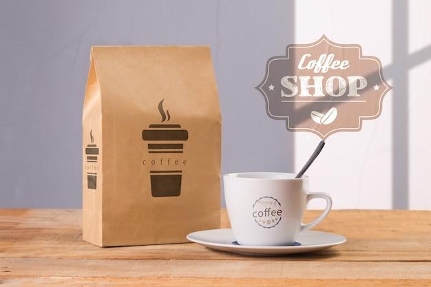 コーヒーバッグモックアップ付きコーヒーマグカップ 無料 Psd