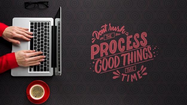 Макет офисного стола с человеком, работающим на ноутбуке Бесплатные Psd