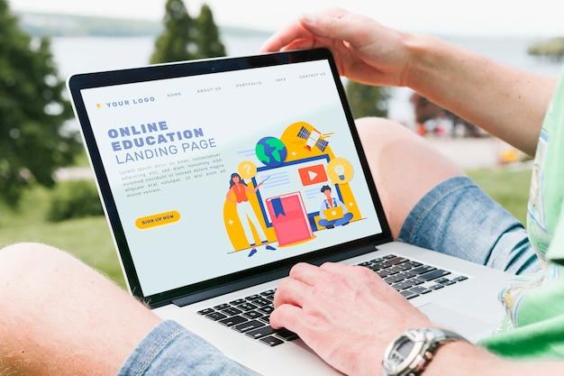 Крупным планом студент делает онлайн-образование на открытом воздухе Бесплатные Psd