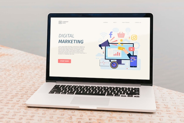 デジタルマーケティングのランディングページを備えたクローズアップのラップトップ 無料 Psd