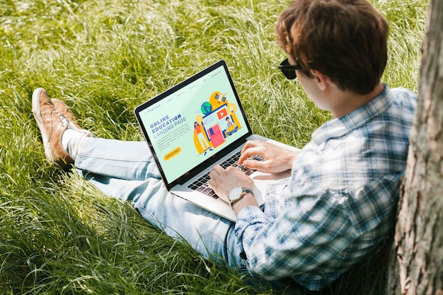 Студент наслаждается учебой на открытом воздухе Бесплатные Psd