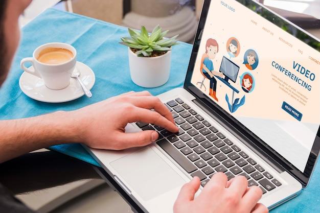 Крупным планом человек, работающий на ноутбуке Бесплатные Psd