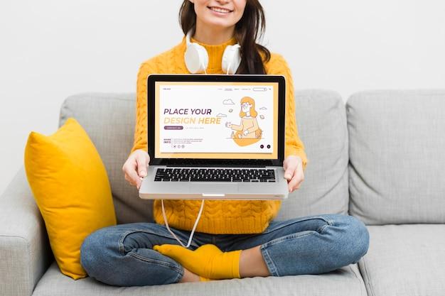 Крупным планом женщина с наушниками и ноутбук Бесплатные Psd