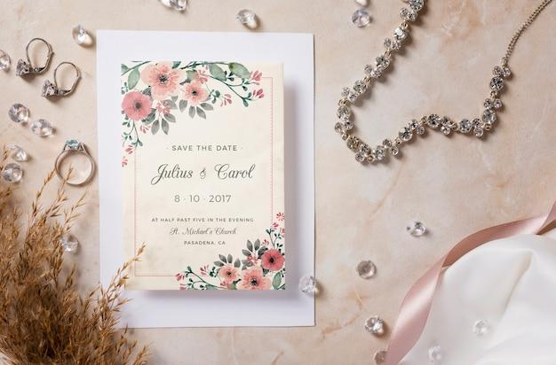 招待モックアップによる結婚式の要素の特別な配置 無料 Psd