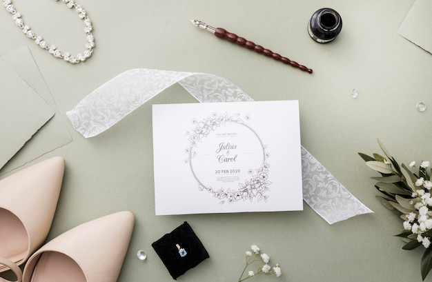 カードのモックアップでの結婚式の要素の配置 無料 Psd