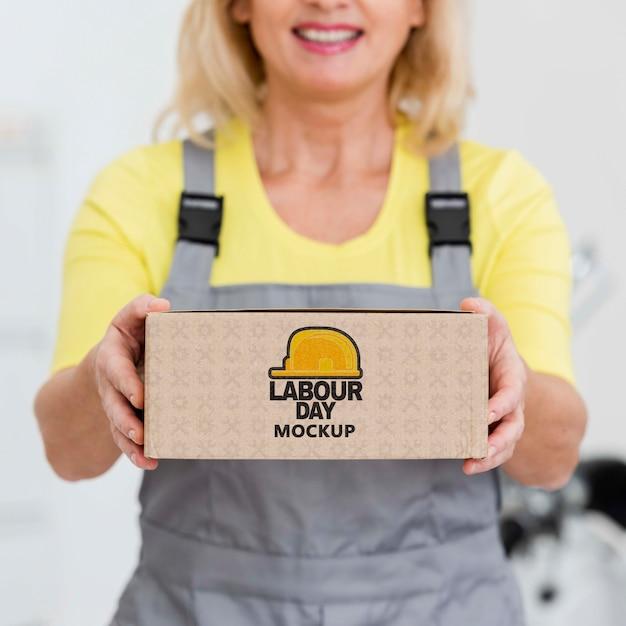 Женщина с макетом в день труда Бесплатные Psd