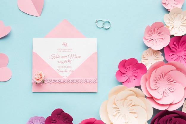 Обручальные кольца и макет приглашения с бумажными цветами Бесплатные Psd