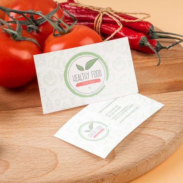 木の表面にトマトと唐辛子の高角度 無料 Psd