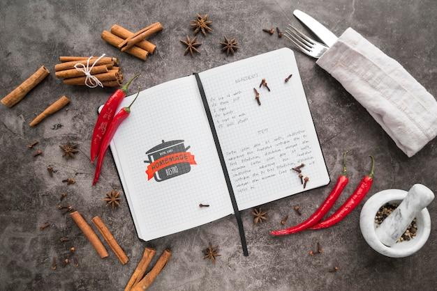 Вид сверху книга рецептов со столовыми приборами и перцем чили Бесплатные Psd
