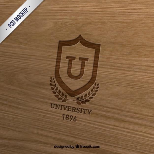 木材上の大学記章 無料 Psd