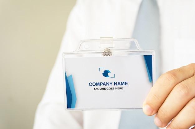 Мужчина держит макет удостоверения личности Premium Psd