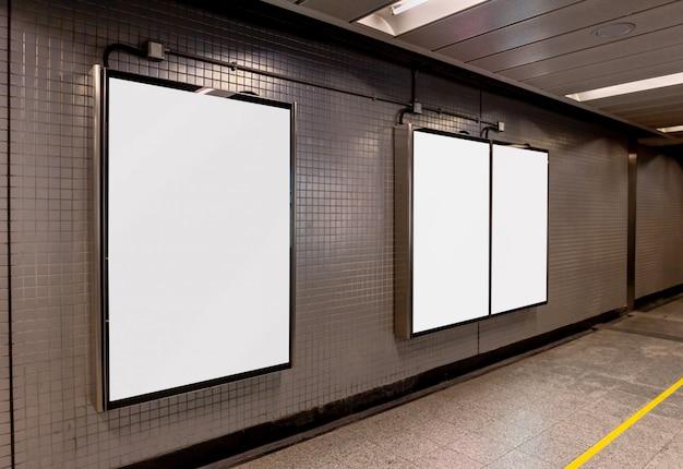 ブランクの看板のモックアップイメージホワイトスクリーンポスターや広告のための地下鉄の駅につながった Premium Psd