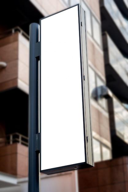 ブランクの看板の白いスクリーンポスターのポスターと広告のためのホテルの前に導かれたモックアップ画像 Premium Psd