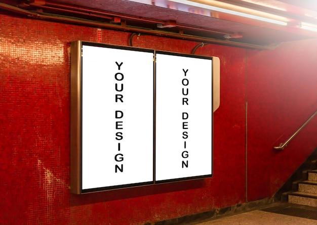 ブランクの看板の白い画面ポスターのモックアップ画像と広告のための地下鉄の駅につながった Premium Psd