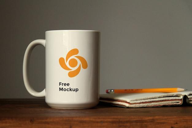 テーブルのモックアップにセラミックカップ Premium Psd