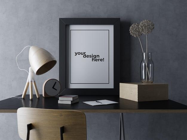 黒のエレガントなインテリアワークスペースで机の上に座っているプレミアムシングルポスターフレームモックアップデザインテンプレート Premium Psd
