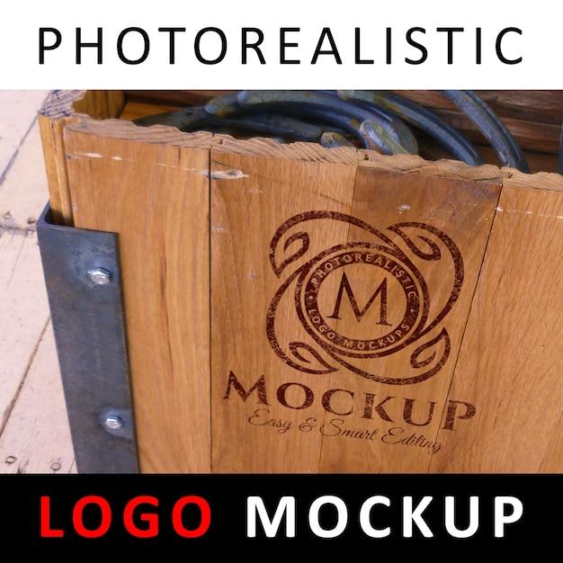 ロゴモックアップ - 古い木製の箱にロゴを塗った Premium Psd
