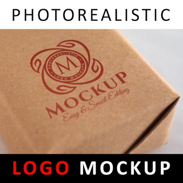ロゴモックアップ - クラフト紙反りボックスに赤いロゴが印刷されています Premium Psd