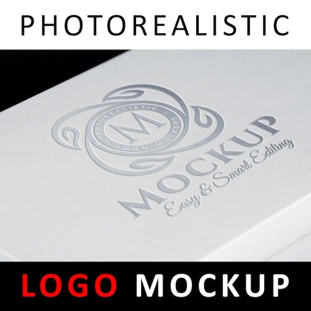 ロゴモックアップ - シルバーホイルスタンピングロゴがホワイトボックスに印刷されています Premium Psd