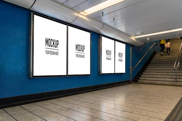 Пустой рекламный щит, расположенный в подземном зале или метро для рекламы, макет концепции, низкая скорость затвора Premium Psd