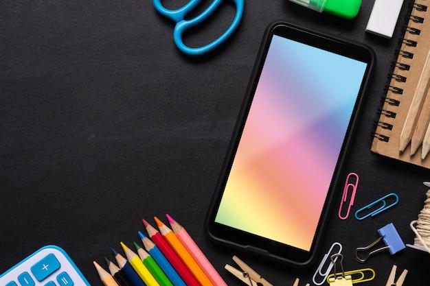 空白の画面の携帯電話をモックアップし、事務用品の背景のミックス Premium Psd