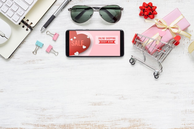 スマートフォン、サングラス、インターネットのオンラインショッピングのためのショッピングカート Premium Psd