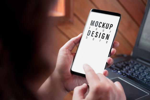 Крупным планом изображение экрана макета смартфона, бизнес женщина, держащая и сенсорный смартфон Premium Psd