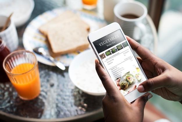 画面上にレシピを表示している携帯電話の拡大写真 無料 Psd