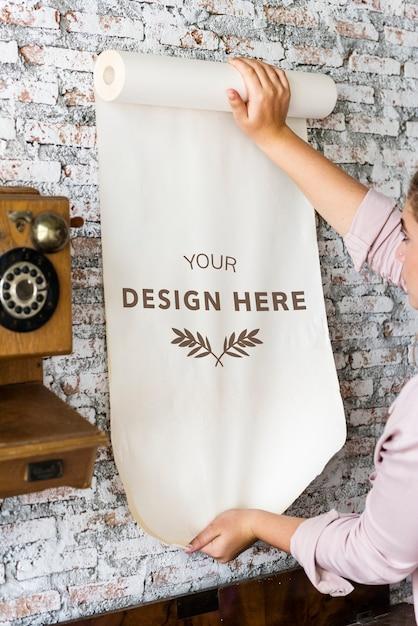デザインスペース紙を持つ女性のリアビュー Premium Psd