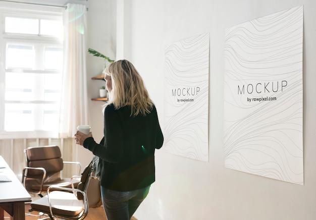 ポスターデザインのモックアップと作業スペースの女 Premium Psd