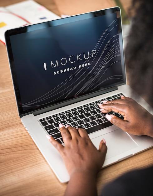Женщина, работающая на макете экрана ноутбука Premium Psd