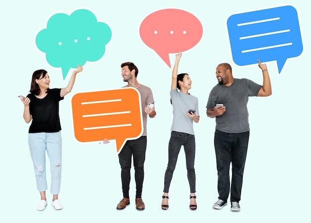 Разнообразные социальные медиа люди, имеющие символы речи пузырь Premium Psd
