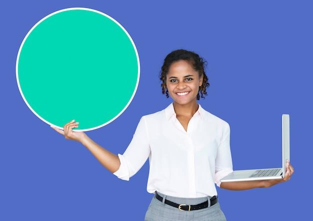 Молодая коммерсантка держа пустой круг и компьтер-книжку Premium Psd