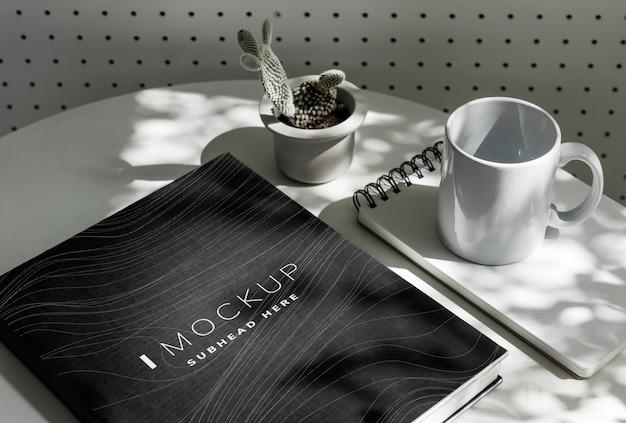 テーブルの上の黒い教科書カバーモックアップ Premium Psd