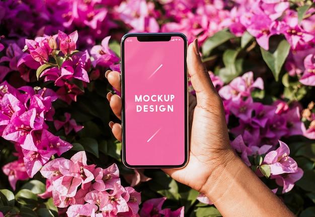 花の背景のスマートフォンモックアップ 無料 Psd