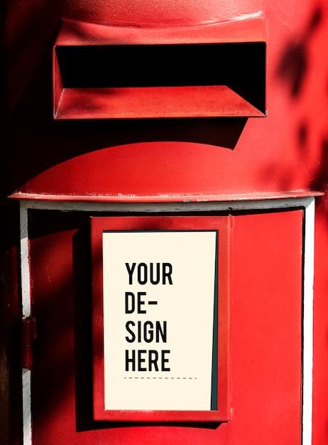 白い看板のモックアップと赤い郵便ポスト 無料 Psd