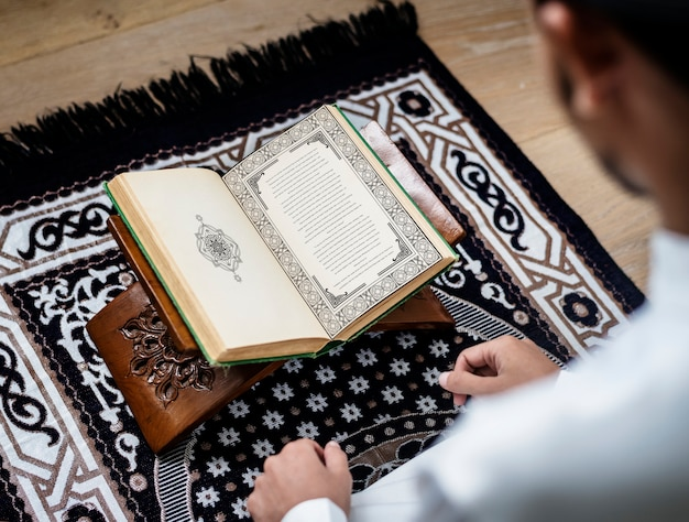 コーランを勉強しているイスラム教徒の男性 Premium Psd