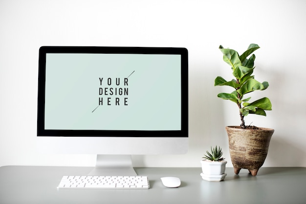 机の上のコンピューターモニター画面モックアップ 無料 Psd