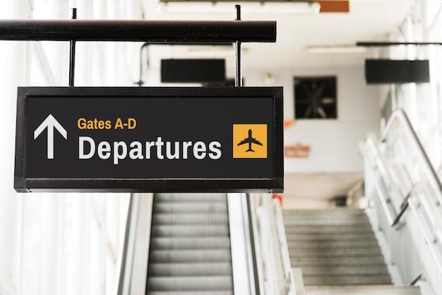 Висит знак макета перед эскалатором Бесплатные Psd
