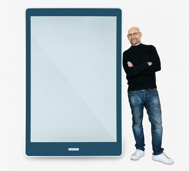 Счастливый человек, стоящий рядом с планшетом Бесплатные Psd