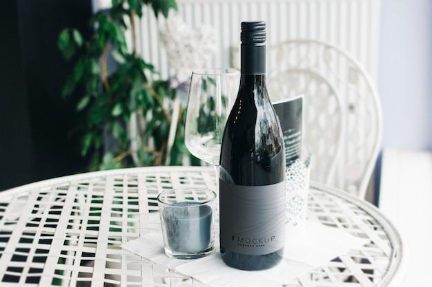 テーブルの上のワインのモックアップのボトル Premium Psd