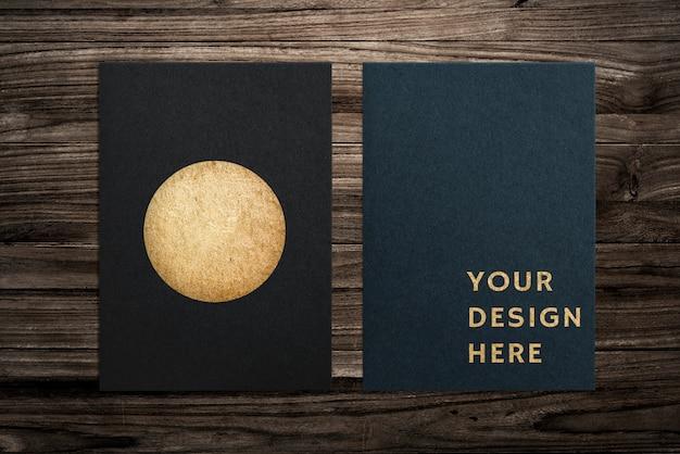 黒い紙は木製の背景にモックアップを設定 無料 Psd