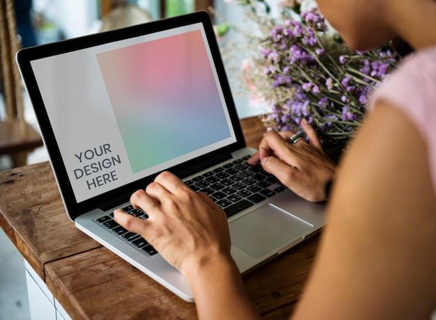 ノートパソコンの画面のモックアップ Premium Psd