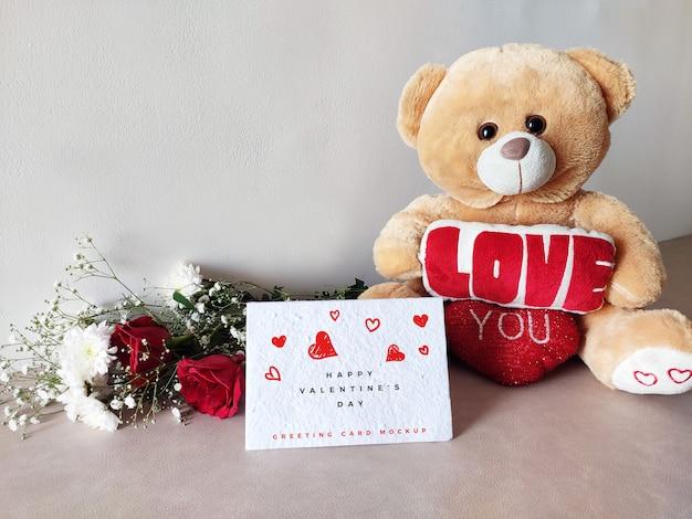 テディとバレンタインの日グリーティングカードモックアップ Premium Psd
