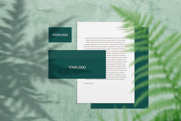 緑の名刺、手紙、シダの葉のブランドモックアップ Premium Psd